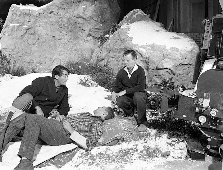 """J. Lee Thompson (à droite) sur le tournage de """"The Guns of Navarone"""" (1961)"""